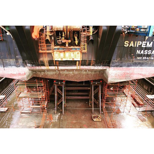 Lifting the rear of a Saipem FDS2 pipelayer vessel to carry out repair works http://ow.ly/4n1FCo  #hiforce #cylinders #shiprepair